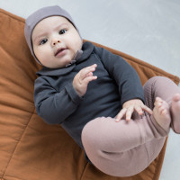 phil-phae_aw20_organic_essentials-baby-bonnet-heather-baby-collar-tee-graphite-rib-leggings-powder-padded-baby-blanket-hazel.jpg